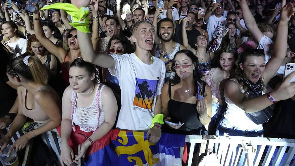 Besucher und Besucherinnen des Exit-Festivals tanzen vor einer der Bühnen in Novi Sad. Foto: Darko Vojinovic/AP/dpa