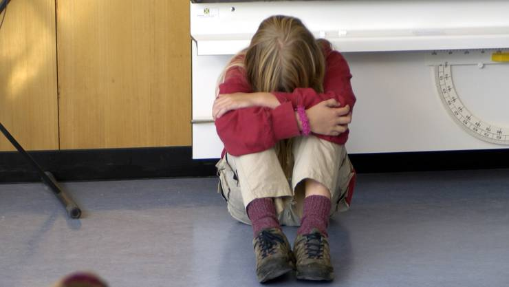 Mobbing-Fall an der Schule Killwangen: Der betroffene Schüler soll auch getreten und geschlagen worden sein. (gestellte Szene).