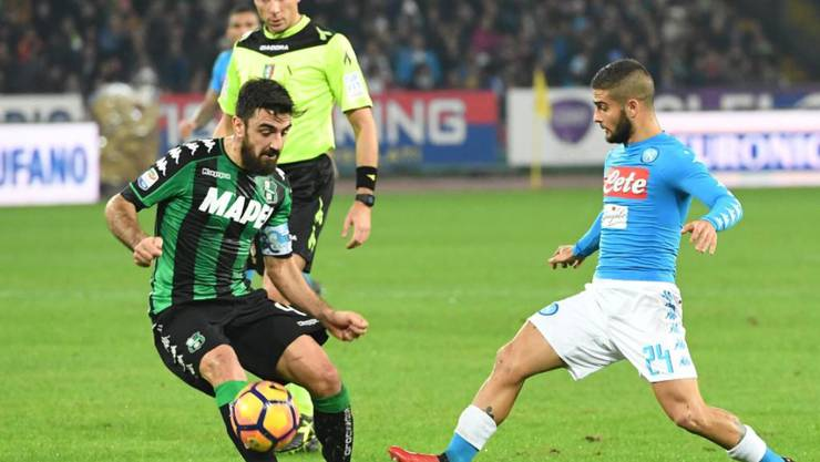 Napolis Lorenzo Insigne (rechts) spitzelt den Ball an Sassuolo-Verteidiger Francesco Magnanelli vorbei