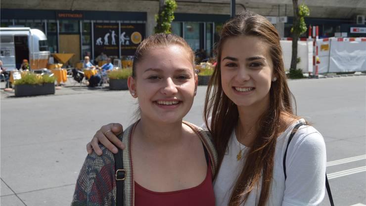 Selime Di giovanni (16) und Ainhoa Varella (17), Schlieren