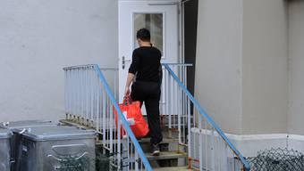 Rund 60 Asylbewerber zogen gestern Mittwoch mit ihrem wenigen Hab und Gut in ihr neues, temporäres Zuhause ein.