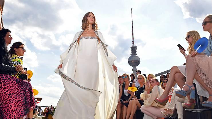 """ARCHIV - Modepräsentation des Labels """"Lana Müller"""" während der Mercedes-Benz Fashion Week im Club Weekend Rooftop. Die bislang in Berlin angesiedelte Modemesse Fashion Week zieht im kommenden Jahr nach Frankfurt um. Das gab der Veranstalter Premium Group am 08.06.2020 bekannt. Zum ersten Mal soll die neue Frankfurt Fashion Week im Sommer 2021 veranstaltet werden. (zu dpa «Fashion Week zieht von Berlin nach Frankfurt um») Foto: Jens Kalaene/dpa-Zentralbild/dpa"""