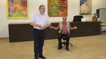 Der Archer Gemeindepräsident Christian Röthlisberger (stehend) dankt Christian Kurth für seine 37 Jahre als Gemeindeschreiber.