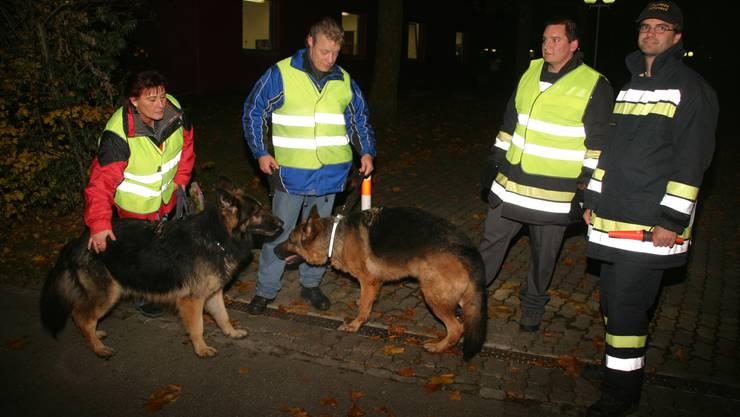 Patrouille: Hundeführer und Feuerwehrmänner überwachen einen Zugang zum Neuenhofer Schulgelände. (Bilder: Michael Spillmann)
