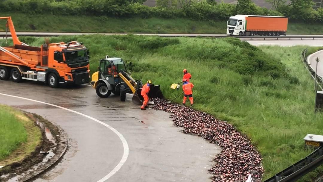 Kistenweise Bier auf Autobahn-Ausfahrt – Lastwagen verliert Ladung teilweise