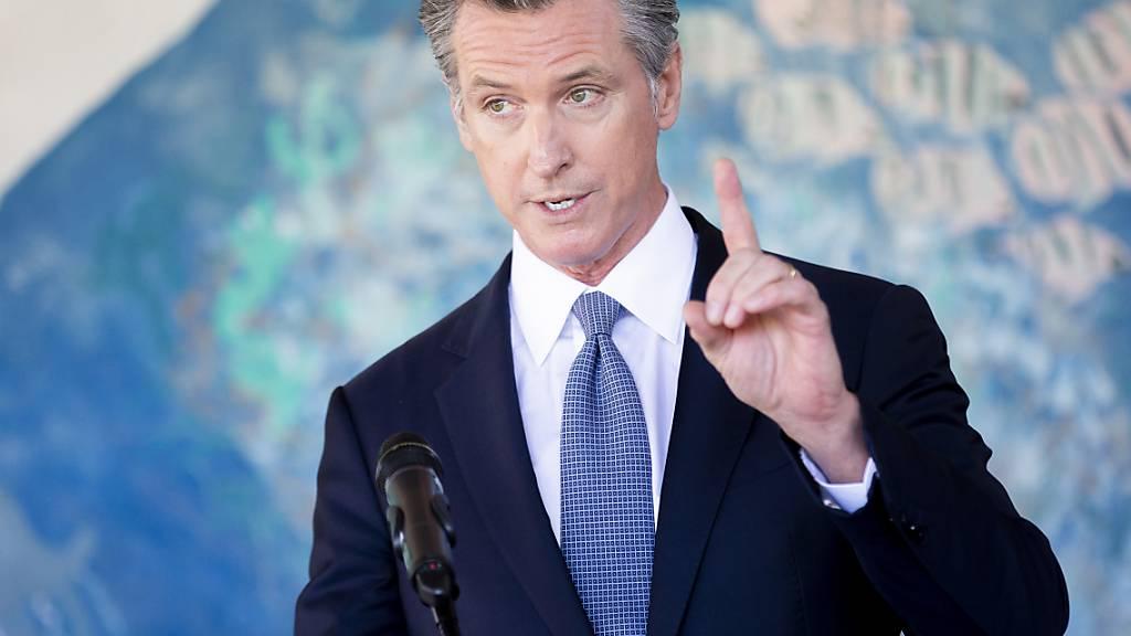 ARCHIV - Der kalifornische Gouverneur Gavin Newsom bei einer Pressekonferenz in Oakland. Foto: Santiago Mejia/Pool San Francisco Chronicle/dpa