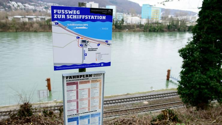 Das Schild weist den Spaziergängern den Weg zur Station Waldhaus.