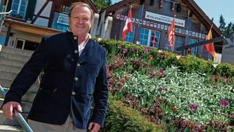 Jörg Moser posiert vor seinem schweizweit bekannten Volksmusikzentrum «Lueg».