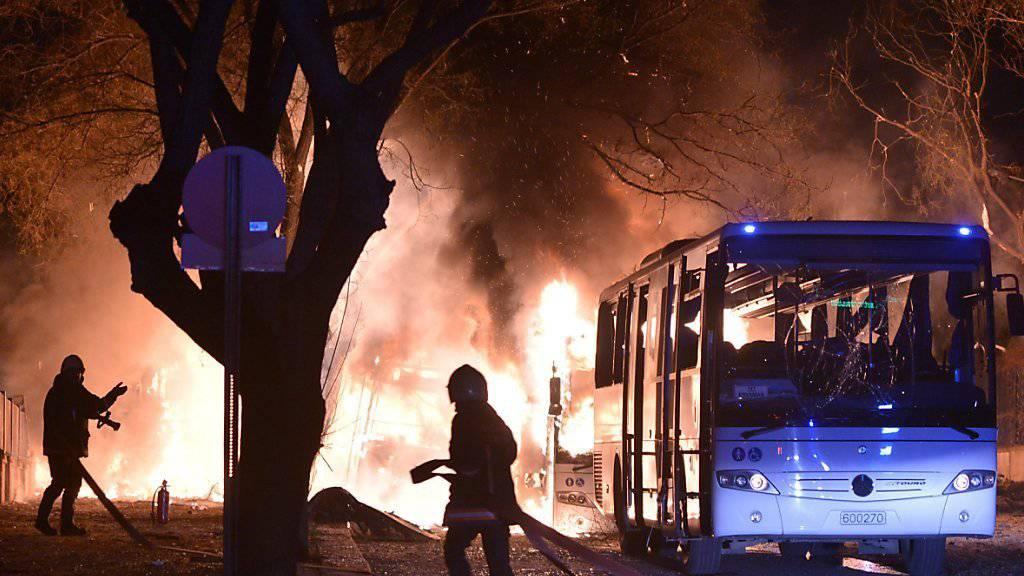 Feuerwehrleute und Rettungskräfte tun ihr Bestes, um die Situation in Ankara zu beruhigen.
