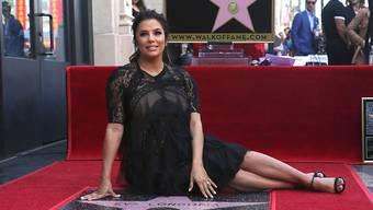 """Die hochschwangere Eva Longoria hat sich bei ihrem Stern auf dem """"Walk of Fame"""" niedergelassen."""
