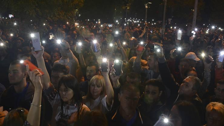 In Bosnien-Herzegowina sind am Freitagabend tausende Menschen gegen den Serbenführer Milorad Dodik auf die Strasse gegangen.