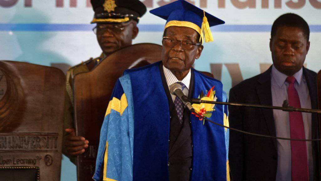 Simbabwes Präsident Robert Mugabe bei der Abschlussfeier einer Universität in Harare - es ist der erste öffentliche Auftritt Mugabes seit dem Putsch des Militärs.