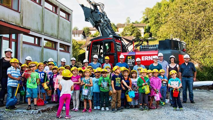 Beim Spatenstich des Kindergartens sammelten die Kinder Erde, mit der im nächsten Jahr ein Baum gepflanzt wird.