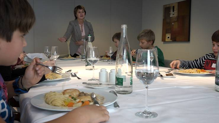 Katrin Künzle zeigt, wie sich Spaghetti am besten auf die Gabel wickeln lassen.
