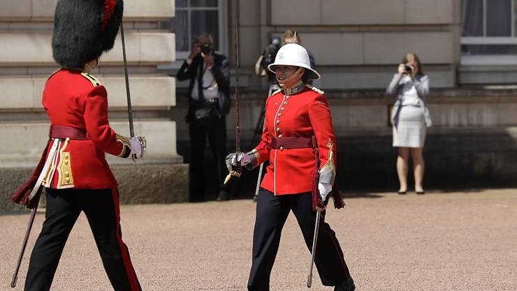 """Die kanadische Soldatin Megan Cuoto (rechts) führte die tägliche Zeremonie """"Changing of the Guards"""" vor dem Buckingham Palace in London an."""