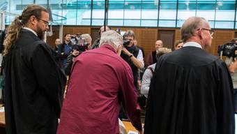 Der 54-jährige Schweizer (Mitte), dem Spionage für den Nachrichtendienst des Bundes (NDB) zur Last gelegt wird, hat ein Geständnis abgelegt. Er äusserte sich zudem zu seinen Kontakten beim NDB. (Archivbild)