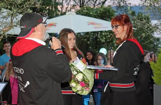 Ernst Meier verabschiedet Chorleiterin Deborah Hauser im Seehotel Hallwil.
