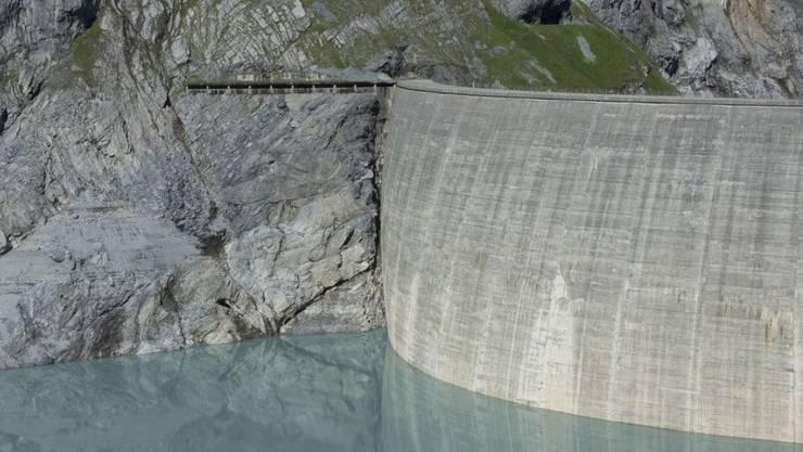 Die Stromproduktion von Speicherkraftwerken - hier die Staumauer am Limmernsee im Kanton Glarus - ist im letzten Winter stark zurückgegangen.