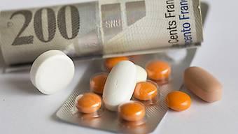 Versicherer und Patienten in der Schweiz müssen ab Januar für rund 100 Medikamente ungefähr 14 Prozent weniger bezahlen. Der Bund hat in einem ersten Schritt die Hälfte der Medikamente der diesjährigen Preissenkungsrunde überprüft. (Symbolbild)