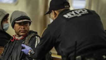 New Yorker Polizist im Einsatz. Bürgermeister Bill de Blasio will das NYPD nun unter die Lupe nehmen.
