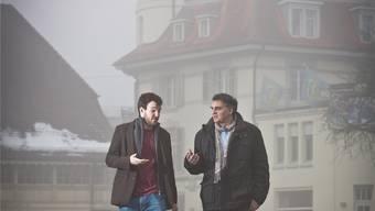 Valerio und Martin Moser spazieren philosophierend über den Langenthaler Wuhrplatz. Chris Iseli