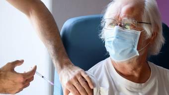 Der Schweizer Nobelpreisträger Jacques Dubochet wurde am 11. Januar in Morges VD geimpft.