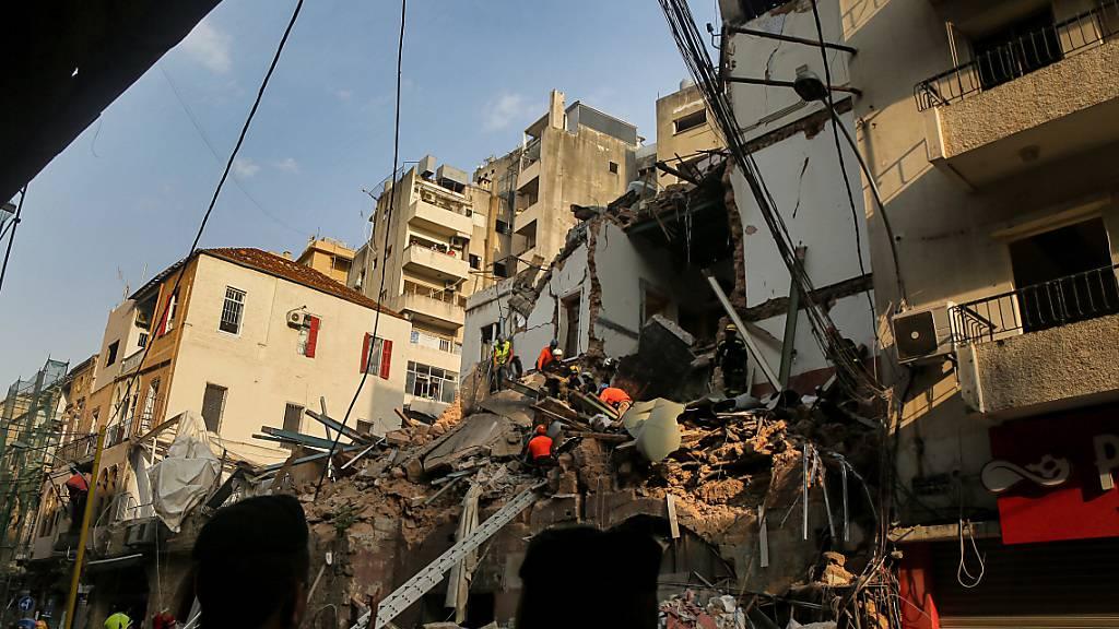 Helfer in Beirut suchen in Trümmern nach möglichem Überlebenden