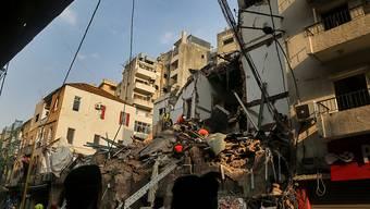 Mitglieder des chilenischen Rettungsteams und des libanesischen Zivilschutzes durchsuchen die Trümmer eines Gebäudes, das bei der Explosion im vergangenen Monat eingestürzt war, nachdem ein Rettungshund in der Gegend von Gemmayzeh Lebenszeichen entdeckt hatte. Foto: Marwan Naamani/dpa