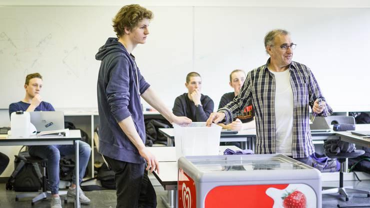 Silvano Zorzi präsentiert zusammen mit Etienne eine Versuchsanordnung für die Eisschrauben-Prototypen.