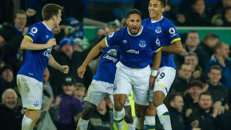 Evertons Ashley Williams (Mitte) jubelt nach seinem 2:1-Siegtor gegen Arsenal in der 86. Minute