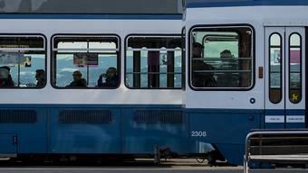 """Ein """"Tram 2000"""" der Linie 7 hat am  Montagmittag in Schwamendingen eine Passantin erfasst und tödlich verletzt. (Archivbild)"""