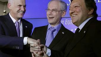 Giorgos Papandreou, griechischer Premierminister (l.), EU-Ratspräsident Herman Van Rompuy (M.) und EU-Kommissionspräsident José Manuel Barroso