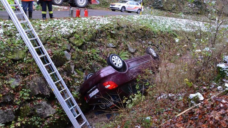 Bei einem Unfall in Oltingen wurden die drei Insassen verletzt. Darunter waren zwei Kinder.