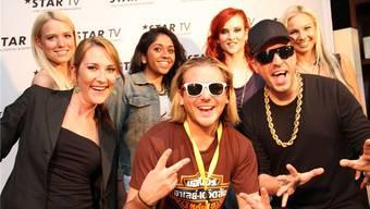 Nina Stutz aus Wohlen (vorne links) und die vier anderen Finalistinnen des Moderations-Castings nach dem Interview mit den «Atzen».