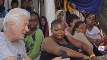"""Aussergewöhnliches Crewmitglied: Hollywoodstar Richard Gere hat das vor Lampedusa blockierte Rettungsschiff """"Open Arms"""" besucht."""
