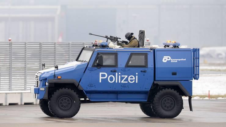 Am Flughafen Kloten ist schon länger ein Panzerfahrzeug der Kantonspolizei Zürich im Einsatz.