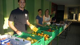 Die anderen Abgabestellen im Limmattal laufen bereits sehr gut (im Bild: Helferinnen und Helfer des Projekts in Urdorf). zvg