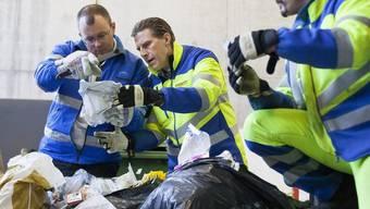 Mitarbeiter des Lausanner Reinigungsdienstes auf Spurensuche in Abfallsäcken