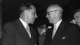 Bundesratswahl am 17. Dezember 1959 in Bern: Die neu gewählten SP-Bundesräte Hans-Peter Tschudi (links) und Willy Spühler.