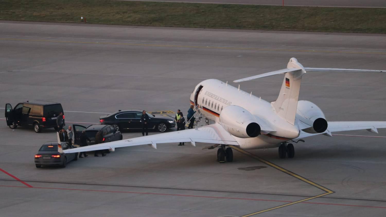 Die Kanzlerin Angela Merkel steigt am Donnerstag auf dem Flughafen Zürich in ihre Regierungsmaschine ein.