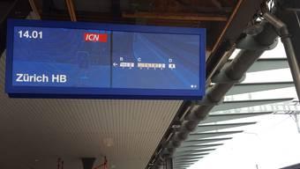 Eine der neuen digitalen Anzeiger am Bahnhof Solothurn.