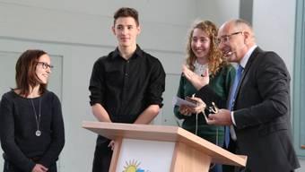 Gemeinde- präsident Peter Weber ehrte die erfolgreichen Sportler Michèle Keller, Lino und Lena Wunderlin (v. l.).