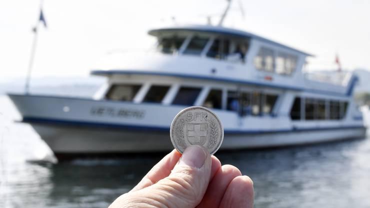 Der seit knapp einem Jahr auf den Zürichsee-Schiffen erhobene Zuschlag von fünf Franken erhitzt weiterhin die Gemüter.