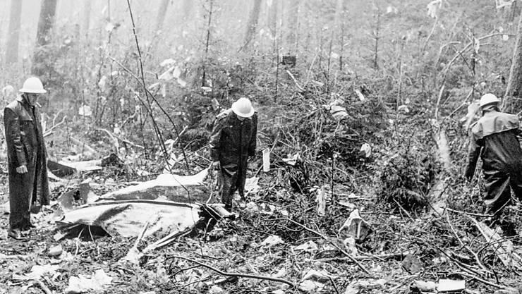 Feuerwehrleute und Polizisten bei der Absturzstelle des Swissair-Flugzeuges im Wald in der Nähe von Würenlingen. (Archivbild)