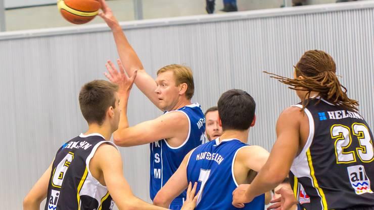Gintantas Sivickas (Mutschellen) spielt den Pass.
