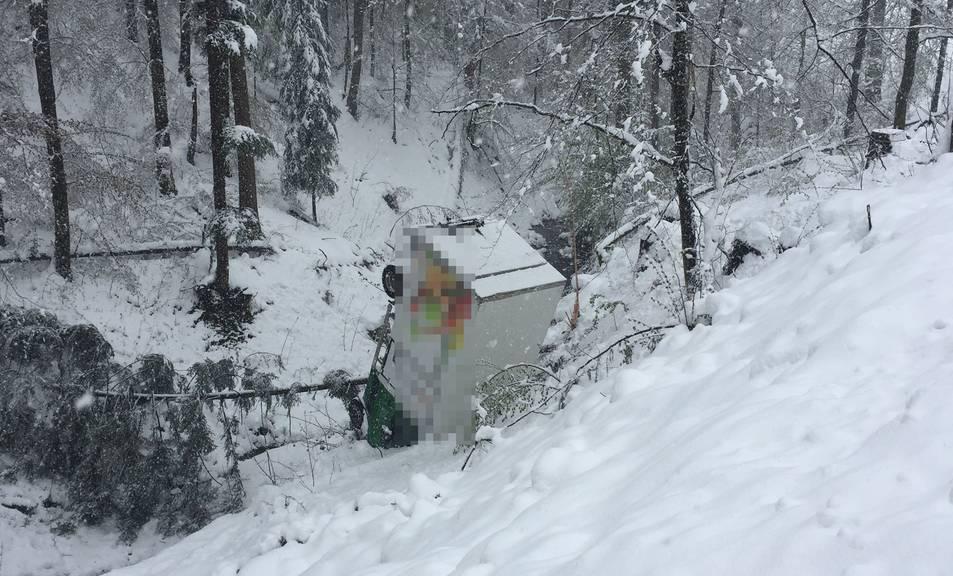 Der Lieferwagen landete auf dem Dach. (Bild: pd)