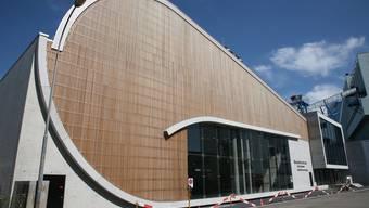 Das Besucherzentrum und (rechts im Bild) das seit 2008 bestehende Basler Holzkraftwerk.IWB