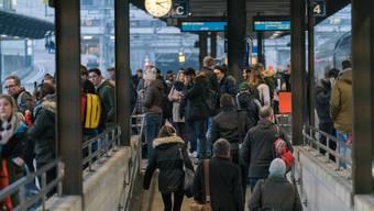 Nicht nur in Lenzburg, auch an anderen Aargauer Bahnhöfen (so wie hier in Baden) sind die Perrons zu Stosszeiten regelmässig überlastet. (Bild: Mario Heller)