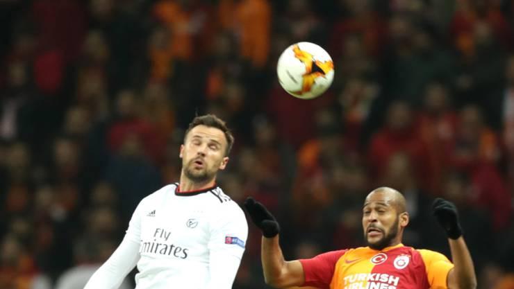Haris Seferovic (links) kommt Galatasarays Marcão zuvor