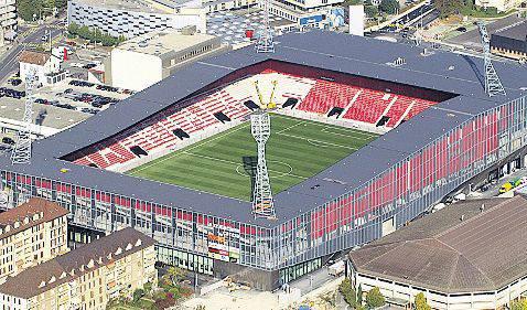 """Der Souverän der Stadt Aarau stimmt deutlich für einen Betrag von 17 Millionen Franken für ein neues FCA-Stadion im Torfeld Süd. Bauherrin ist die private HRS AG. Vorbild für das Stadion soll die Neuenburger """"Maladière"""" sein (Bild). Insgesamt kostet das Stadion 36 Millionen Franken."""